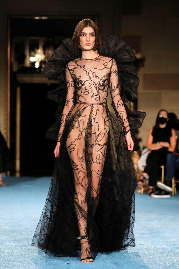 Una modelo presenta una creación de Collina Strada en el primer día de la semana neoyorquina de la moda. - Sputnik Mundo