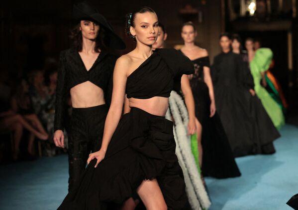 Modelos presentan la nueva colección de Christian Siriano en la Semana de la Moda de Nueva York. - Sputnik Mundo