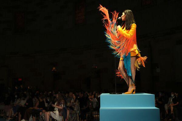 La cantante Marina Diamandis actúa durante el desfile de la marca Christian Siriano en la Semana de la Moda de Nueva York. - Sputnik Mundo