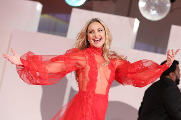 La actriz Kate Hudson llegó a la exhibición de la película Mona Lisa and the Blood Moon, de la cual es protagonista, con un vestido rojo con mucha transparencia en la parte superior, creación del diseñador Valentino. - Sputnik Mundo