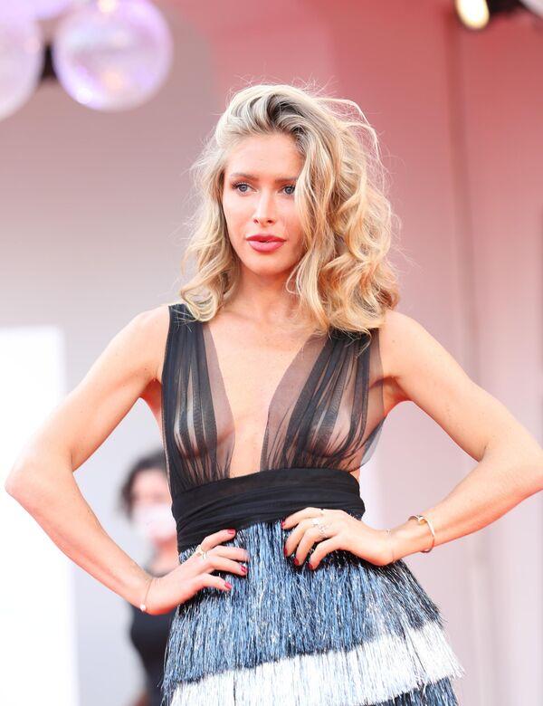 La presentadora de televisión Maja Malnar usó un revelador vestido de la marca Eman Alajlan. - Sputnik Mundo
