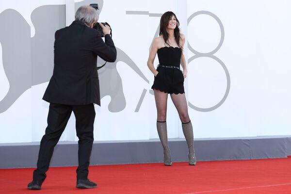 La actriz anglofrancesa Charlotte Gainsbourg cruzó la alfombra roja en un corto atuendo negro para asistir la exhibición de la película Sundown. - Sputnik Mundo