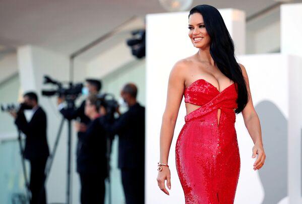 La supermodelo brasileña Adriana Lima también estuvo presente en el festival italiano. Asistió a la ceremonia de apertura del evento con un vestido rojo de la marca Etro. - Sputnik Mundo