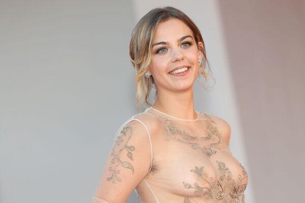 La actriz Salomé Dewaels, por su parte, eligió un vestido con un escote transparente para la alfombra roja de la cinta francesa Illusions perdues. - Sputnik Mundo