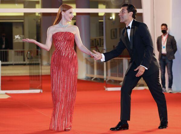 La actriz Jessica Chastain usó un vestido personalizado de Atelier Versace para asistir al 78 Festival de Cine de Venecia. - Sputnik Mundo
