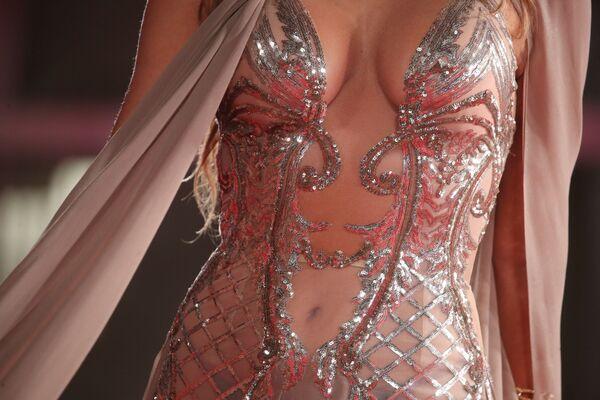 El vestido de una invitada a la exhibición de la cinta The Lost Daughter, al detalle. - Sputnik Mundo