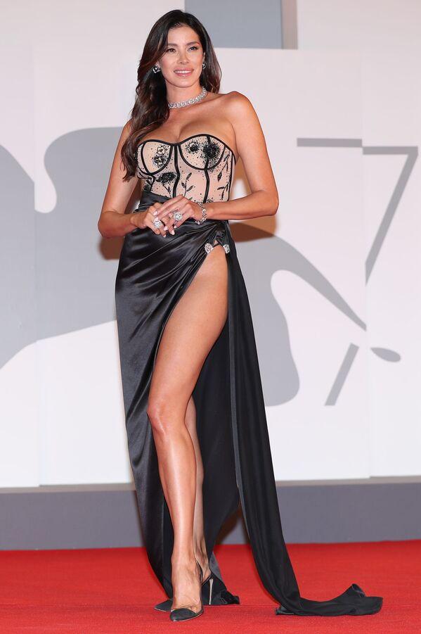 La actriz venezolana Aída Yéspica eligió un atuendo de Gretel Z. para la exhibición de la cinta The King of Laughter. - Sputnik Mundo