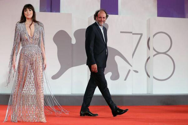 La actriz Dakota Johnson cruzó la alfombra roja del festival cinematográfico con un vestido de Gucci. - Sputnik Mundo