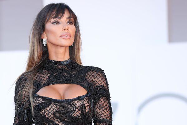 La modelo Madalina Ghenea, a su vez, eligió una pieza de color negro con un revelador escote para la exhibición de la película Illusions perdues. - Sputnik Mundo