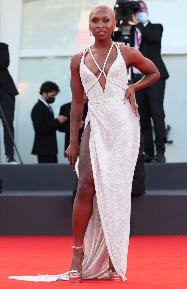 La actriz Cynthia Erivo surgió en la alfombra roja del festival de cine veneciano con un vestido de la casa de moda Versace. - Sputnik Mundo