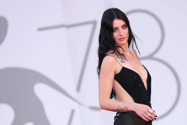 La actriz italiana Alice Pagani asistió al evento con un vestido negro de Giorgio Armani. - Sputnik Mundo