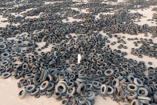 Se trata de más de 42 millones de neumáticos de automóvil viejos, acumulados durante 20 años. Se trajeron aquí no solo de todo Kuwait, sino también de Pakistán, India y Malasia. - Sputnik Mundo