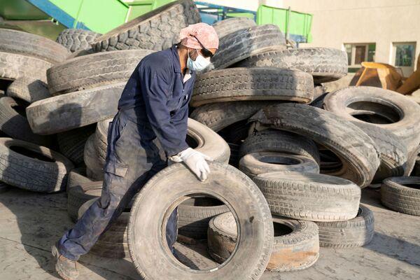 El contratista sirio Ibrahim Kamal selecciona los neumáticos que serán reciclados en la planta en Salmi, Kuwait. - Sputnik Mundo