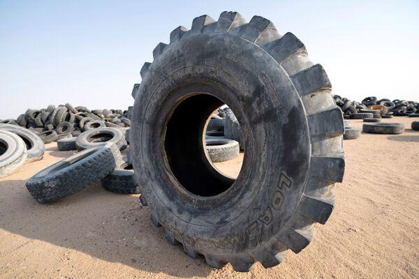 Hoy, el Gobierno de Kuwait planea construir 25.000 nuevos edificios residenciales en el sitio del vertedero gigante. Los neumáticos usados se transportarán a una planta de reciclaje en Salmi, cerca de la frontera con Arabia Saudí.  - Sputnik Mundo