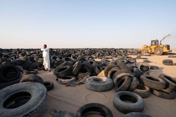 Se utilizan hasta 500 camiones para transportar neumáticos todos los días. - Sputnik Mundo