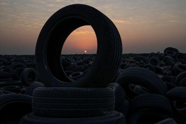 Los neumáticos usados constituyen un grave problema medioambiental en todo el mundo debido a la gran cantidad que existe y a los productos químicos que pueden liberar. Al mismo tiempo, la cantidad de automóviles en la Tierra está creciendo constantemente. Solo en Kuwait, con una población de 4,5 millones, el número de coches aumentó de 1,5 millones en 2010 a 2,4 millones en 2019. - Sputnik Mundo