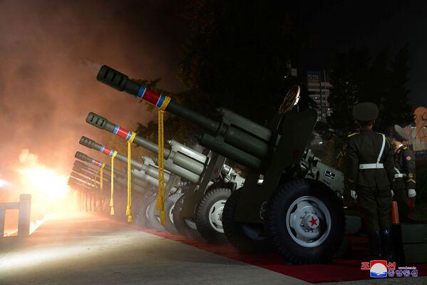 En lugar del líder norcoreano, habló el director del Departamento de Publicidad e Información del Partido de los Trabajadores de Corea, Ri Il-hwan. Prometió aumentar el Ejército Popular de todas las formas posibles y modernizar la industria de defensa. - Sputnik Mundo