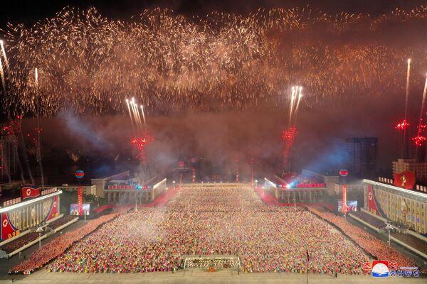 Según el portal de noticias estadounidense Daily NK, fuentes en Pyongyang dicen que se escuchó el ruido de los motores de aviones de combate en la madrugada, lo que podría indicar su participación en la parte aérea del desfile. - Sputnik Mundo