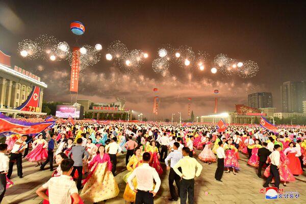 El último desfile militar en Pyongyang había tenido lugar en enero de este año. En aquella ocasión, Kim Jong-un prometió fortalecer el arsenal nuclear del país. - Sputnik Mundo