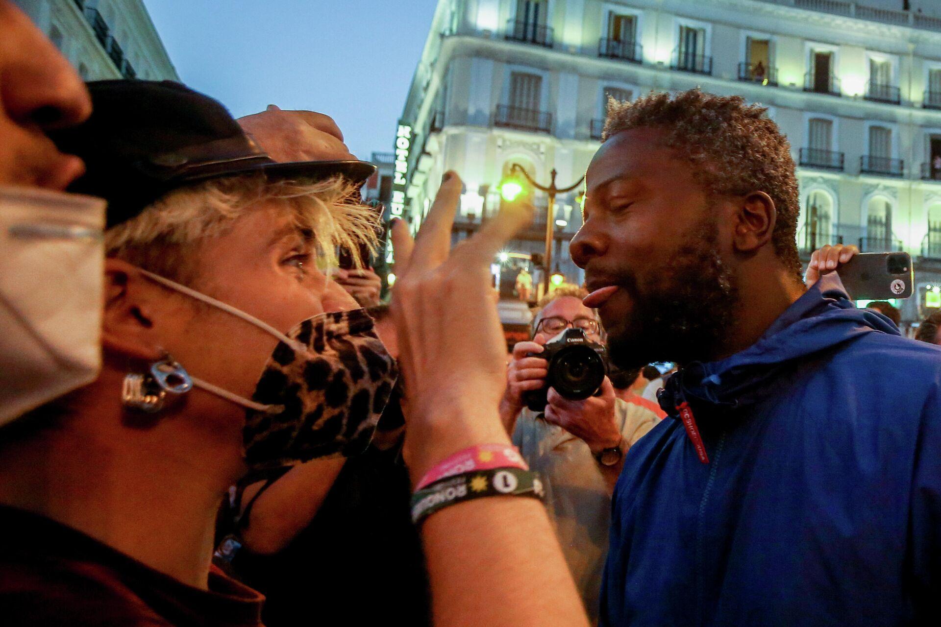 Enfrentamiento entre los manifestantes y el militante de Vox Bertrand Ndongo (Madrid) - Sputnik Mundo, 1920, 09.09.2021