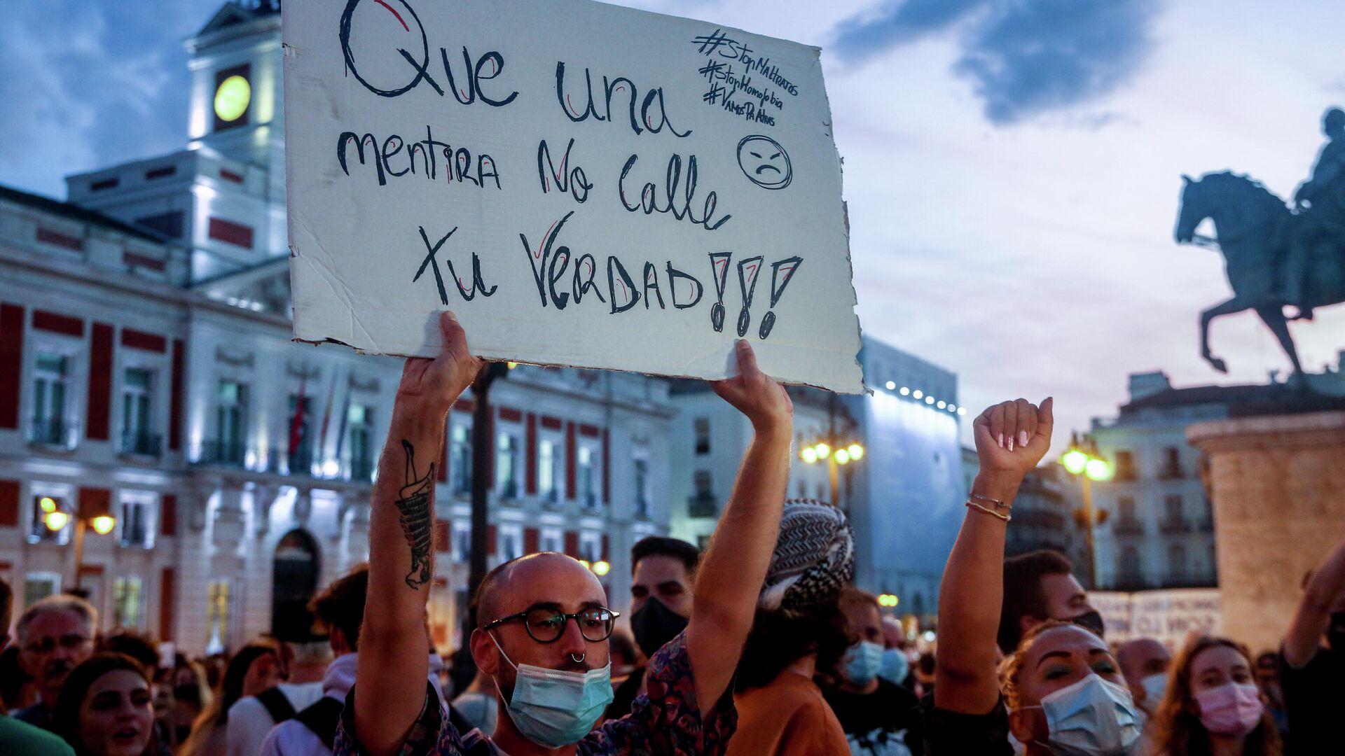 Un manifestante sostiene una pancarta durante una concentración contra las agresiones homófobas (Madrid) - Sputnik Mundo, 1920, 09.09.2021