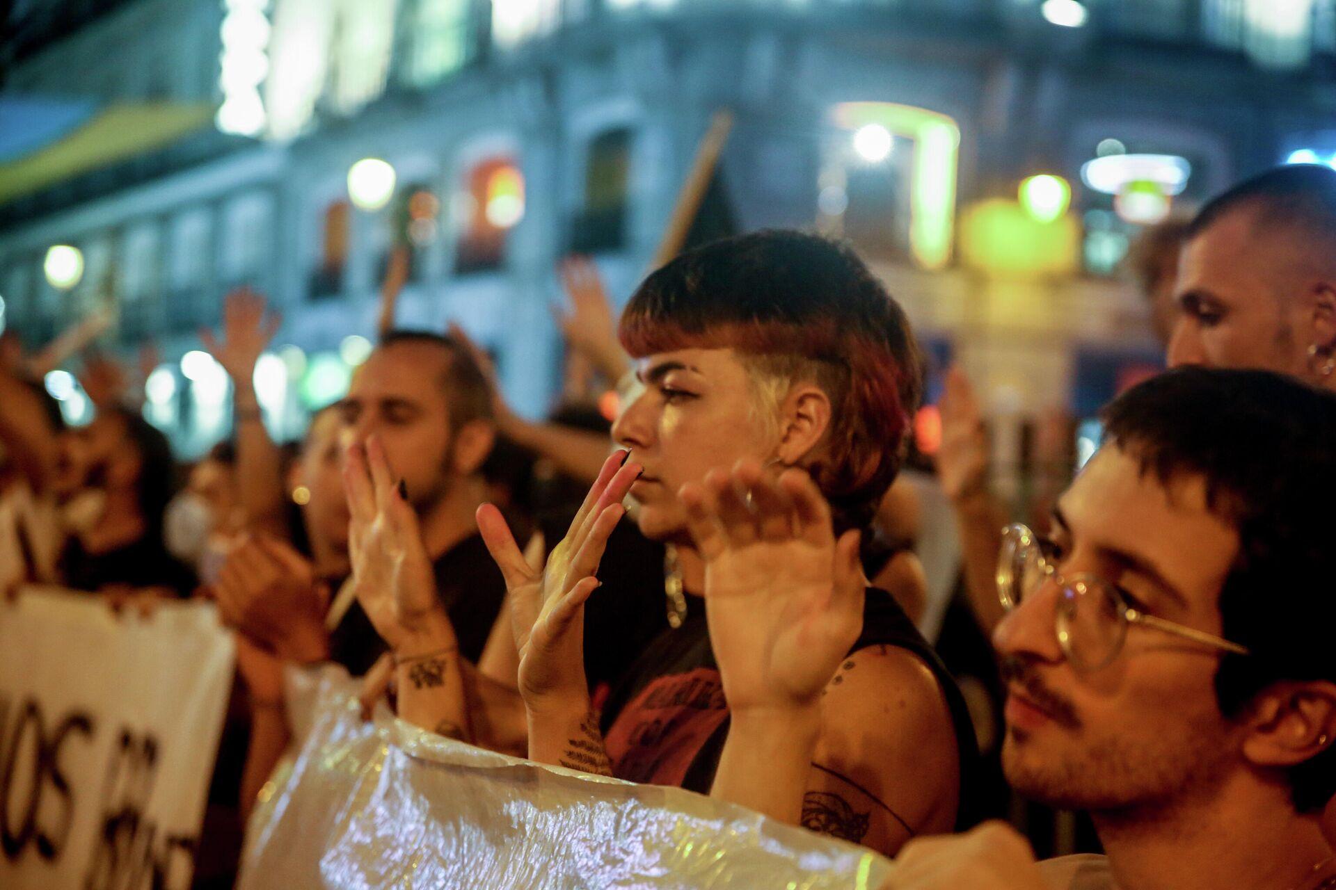 Varios manifestantes durante una concentración contra las agresiones homófobas (Madrid) - Sputnik Mundo, 1920, 09.09.2021
