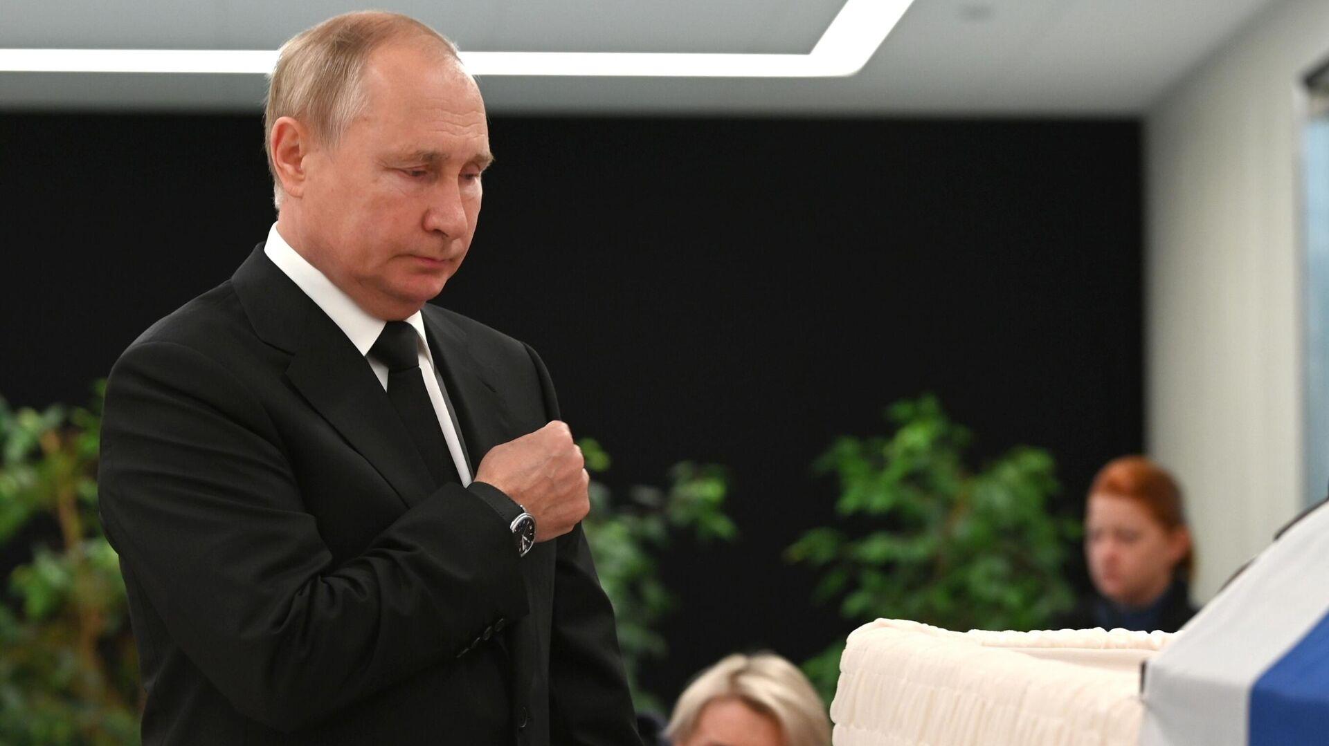 El presidente de Rusia, Vladímir Putin, en la ceremonia de despedida del ministro de Emergencias, Evgueni Zínichev, el 10 de septiembre de 2021  - Sputnik Mundo, 1920, 10.09.2021