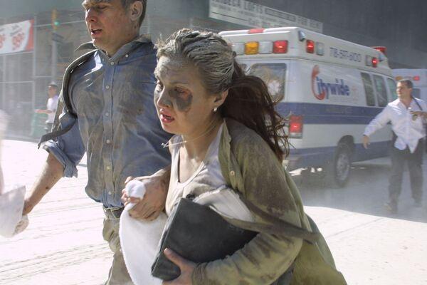 El ataque terrorista del 11 de septiembre fue el más grande de la historia por el número de víctimas: además de los 19 terroristas, otras 2.977 personas murieron, entre ellas ciudadanos estadounidenses y de otros 91 países. En la foto: la gente huye del World Trade Center tras los ataques a las torres gemelas. - Sputnik Mundo