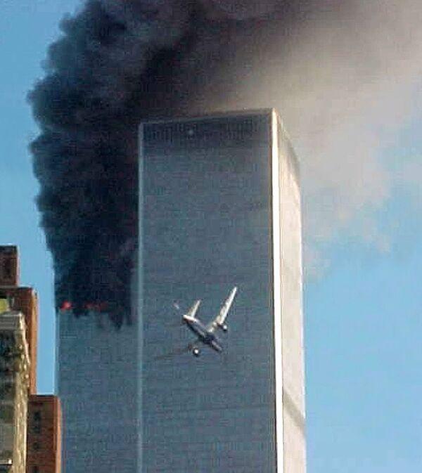 El 11 de septiembre marca el vigésimo aniversario del día en el que 19 terroristas secuestraron 4 aviones de pasajeros que volaban a California desde los aeropuertos de Logan, Dulles y Newark, en Estados Unidos. Dos aviones se estrellaron contra las torres gemelas del World Trade Center (WTC) de Nueva York, otro se estrelló contra el edificio del Pentágono, cerca de Washington, y el cuarto se estrelló en el distrito de Shanksville, en Pensilvania. - Sputnik Mundo