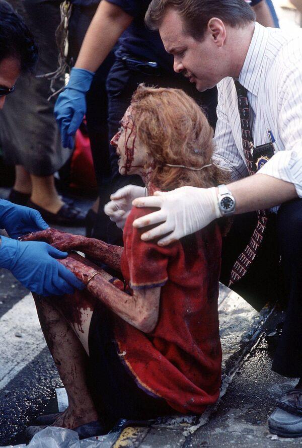 Durante la operación de rescate a gran escala y la extinción de los incendios murieron 341 bomberos, 2 paramédicos del Departamento de Bomberos de Nueva York, 60 policías y 8 empleados de ambulancias. En la foto: los rescatistas ayudan a una mujer herida en el lugar del colapso de las torres del World Trade Center. - Sputnik Mundo