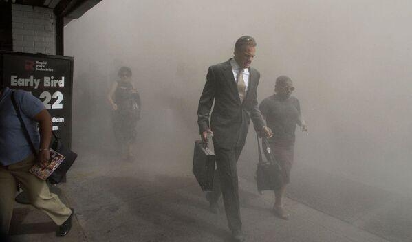 El presidente de Estados Unidos, Joseph Biden, declaró que del 10 al 12 de septiembre serán días de oración por las víctimas de los ataques terroristas del 11 de septiembre y llamó a los residentes de otros países a unirse a este evento. En la foto: personas en el Bajo Manhattan después del colapso de las torres del World Trade Center. - Sputnik Mundo