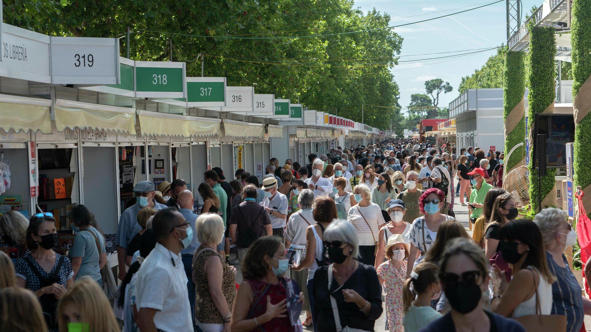 Visitantes durante el primer día de la Feria del Libro de Madrid - Sputnik Mundo, 1920, 10.09.2021