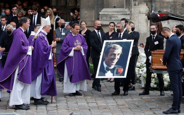 Miles de personas se congregaron frente a Los Inválidos para rendir un último homenaje al destacado actor. Fue en 2019, cuando murió el expresidente Jacques Chirac, la última vez que un funeral tan multitudinario tuvo lugar en Francia. - Sputnik Mundo