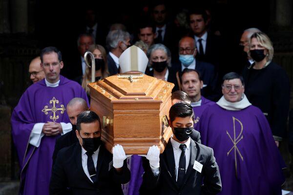 El funeral tuvo lugar en una de las iglesias más antiguas de París, Saint-Germain-des-Pres. Cientos de fans se congregaron a la puerta de la catedral para dar el último adiós a su ídolo. - Sputnik Mundo