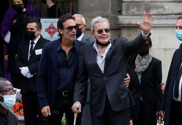 El director Claude Lelouch y los actores Pierre Richard y Alain Delon (en la foto) también asistieron a la ceremonia. - Sputnik Mundo