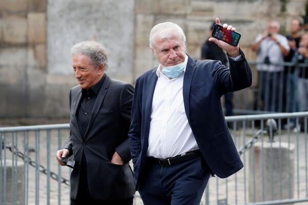 El periodista y presentador de televisión Michel Drucker junto al futbolista Luís Fernández acuden al funeral de Belmondo. - Sputnik Mundo