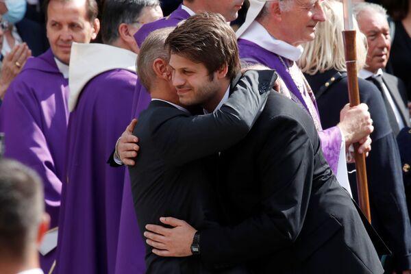 Paul Belmondo abraza a su hijo Alessandro. - Sputnik Mundo