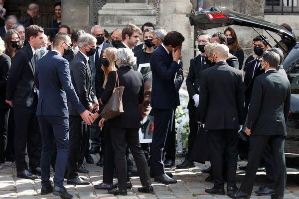 El legendario actor falleció el 6 de septiembre a los 88 años, en su casa de París. En la foto: los familiares de Jean-Paul Belmondo. - Sputnik Mundo
