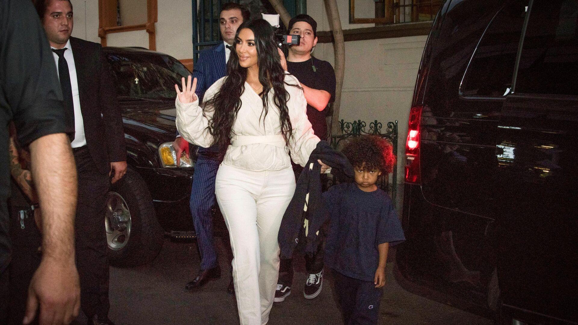 La empresaria estadounidense Kim Kardashian con su hijo Saint durante su visita en Armenia, 2019 - Sputnik Mundo, 1920, 10.09.2021