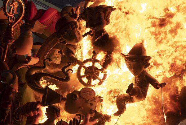 La tradicional quema de los ninots (muñecos de cartón) en las Fallas de Valencia. Es el mayor festival en la región valenciana. Desfilan en carrozas y con enormes esculturas de cartón. En 2020 las Fallas de Valencia fueron canceladas, y este año fueron pospuestas desde marzo hasta septiembre debido a la pandemia. La última vez que este festival se canceló fue en 1939 debido a la Guerra Civil. - Sputnik Mundo