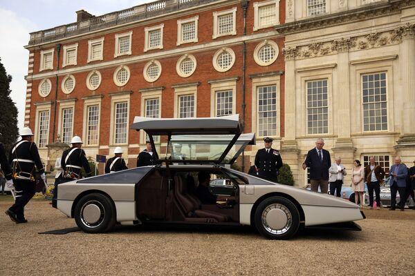 Este deportivo era tan rápido para su época, que los ingenieros de Aston Martin tuvieron serias dificultades para encontrar una recta en el Reino Unido lo suficientemente larga para poner a prueba su velocidad máxima.En la foto: la presentación tuvo lugar el 3 de septiembre en el palacio Hampton Court, al suroeste de la capital británica.  - Sputnik Mundo
