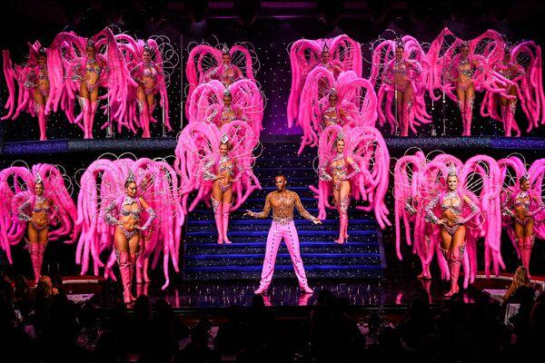 Un ensayo en el famoso cabaret parisino de Moulin Rouge antes de su reapertura tras 18 meses de cierre. - Sputnik Mundo