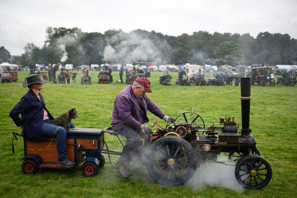 Un hombre conduce una pequeña máquina de vapor que ensambló por sí mismo, en una carrera de locomotoras celebrada en Yorkshire. - Sputnik Mundo