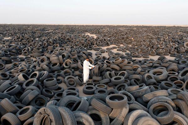 Un contratista sirio en un vertedero de neumáticos. - Sputnik Mundo