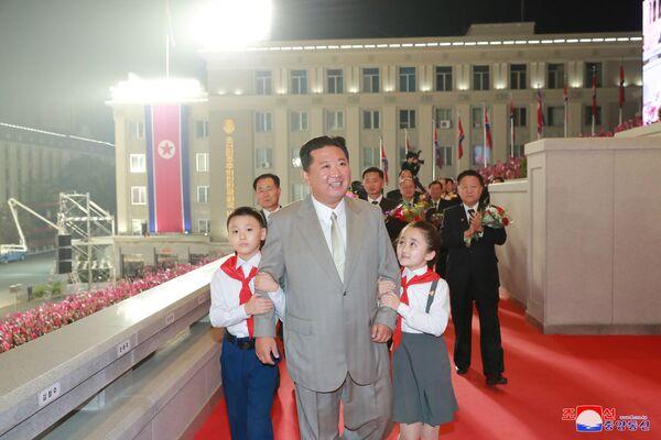 El líder supremo de Corea del Norte, Kim Jong-un, asiste a un desfile militar con motivo del 73 aniversario de la república. - Sputnik Mundo