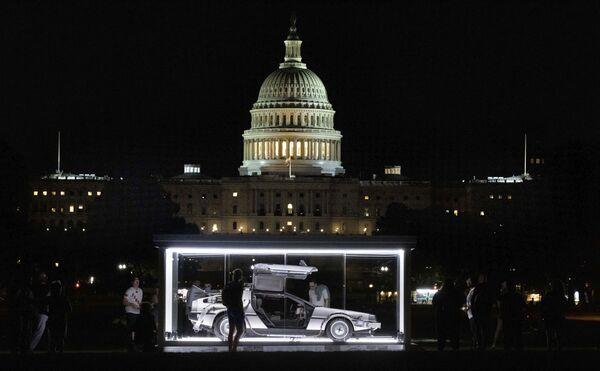 Una imagen del automóvil DeLorean DMC-12, de la película de culto Regreso al futuro, en la Explanada Nacional de Washington. - Sputnik Mundo