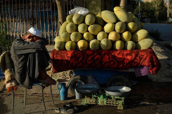 Un vendedor de frutas callejero en Kabul. - Sputnik Mundo