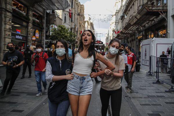 La Policía antidisturbios detiene a una manifestante en una acción de protesta con motivo del Día Mundial de la Paz, en Estambul. - Sputnik Mundo