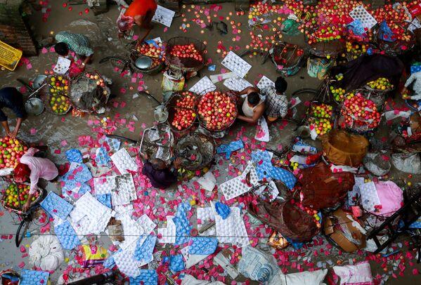 Una fuerte inundación en un mercado de frutas de Katmandú, en Nepal. - Sputnik Mundo
