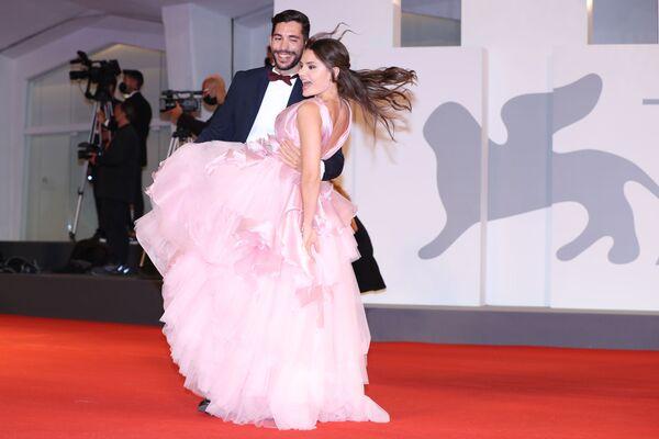 La influencer Marina Valdemoro Maino junto a su novio, Salvatore Duccamelia, en la alfombra roja del Festival de Cine de Venecia. - Sputnik Mundo